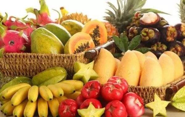 三亚市芒果协会组织的22家企业携带20余种三亚热带水果参展亮相第十一